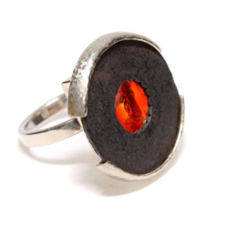 Shredding the blues I. Ring. Sterling silver, rusted steel found object, fused glass. © Blandine Hallé 2012